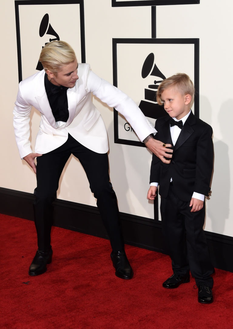 Justin Bieber Teaches His Little Bro Jaxon How to Pose on the Red Carpet_tentionfree.com
